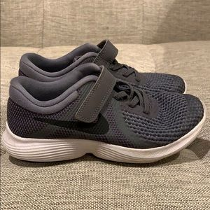 Boys Gray Nike Shoes Size 1 (Youth)